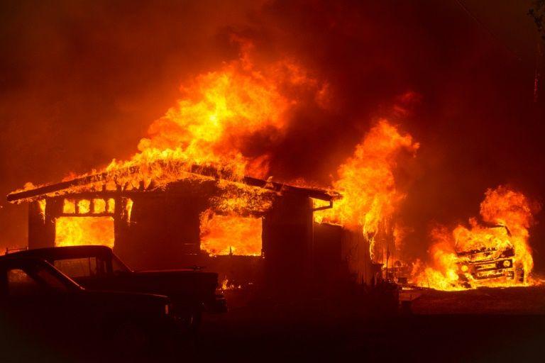 Mỹ: Cháy rừng dữ dội, hàng nghìn lính cứu hỏa được huy động