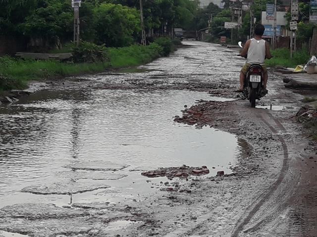 Người dân Khoái Châu vất vả vì đường giao thông xuống cấp