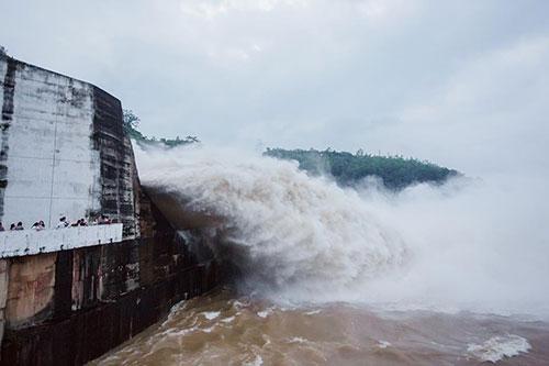 Hồ thủy điện Sơn La và Hòa Bình đều xả đáy