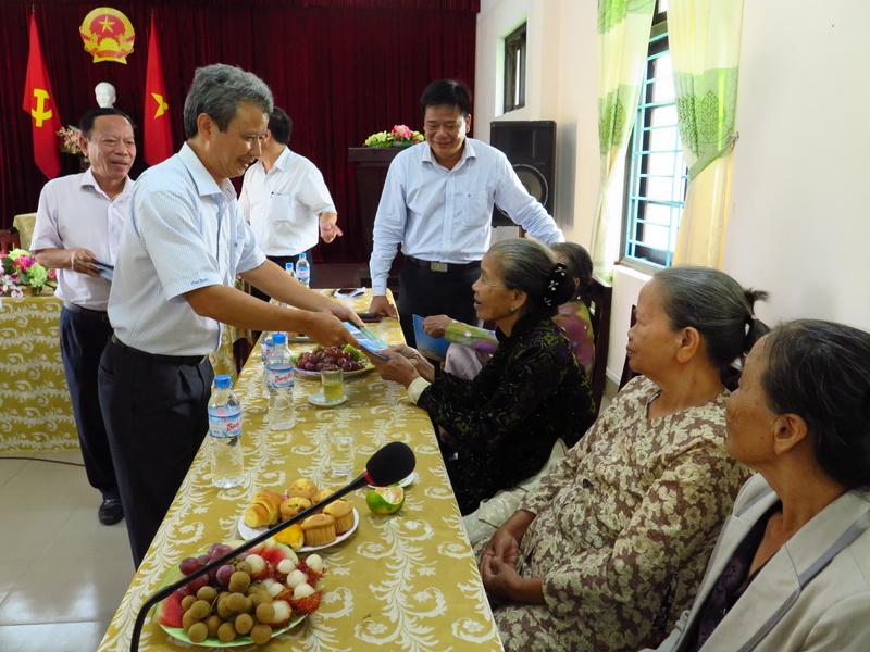 Lãnh đạo tỉnh Thừa Thiên Huế thăm, tặng quà các gia đình chính sách