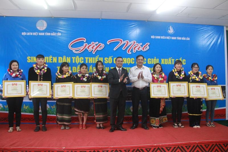 Đắk Lắk: Tuyên dương sinh viên dân tộc thiểu số có thành tích học giỏi, xuất sắc