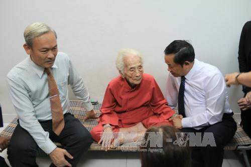 Phó Chủ tịch Quốc hội Đỗ Bá Tỵ thăm, tặng quà thương binh, Bà mẹ Việt Nam Anh hùng tại Đồng Nai