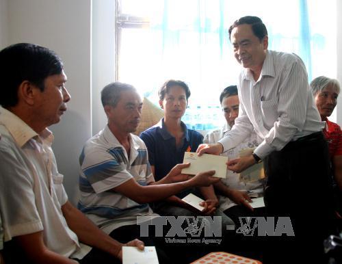 Chủ tịch Ủy ban Trung ương MTTQ Việt Nam thăm, tặng quà gia đình chính sách