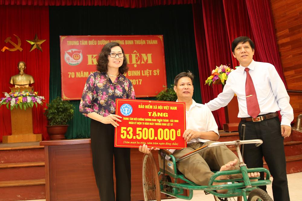 Tổng Giám đốc BHXH Việt Nam thăm, tặng quà tại Trung tâm điều dưỡng thương binh Thuận Thành