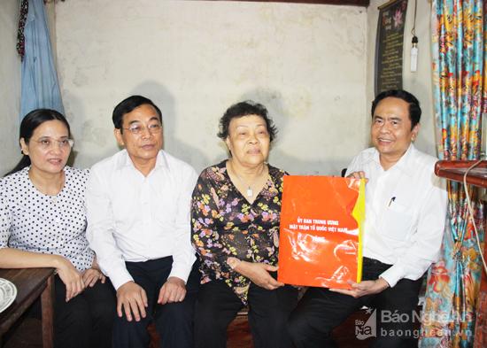 Chủ tịch Ủy ban Trung ương MTTQ Việt Nam thăm, tặng quà các gia đình người có công tại Nghệ An