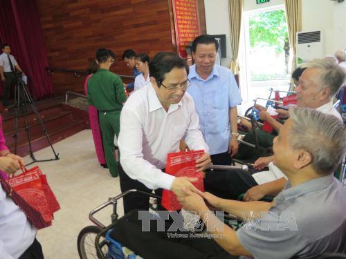 Đồng chí Phạm Minh Chính thăm, tặng quà Trung tâm Điều dưỡng thương binh Thuận Thành