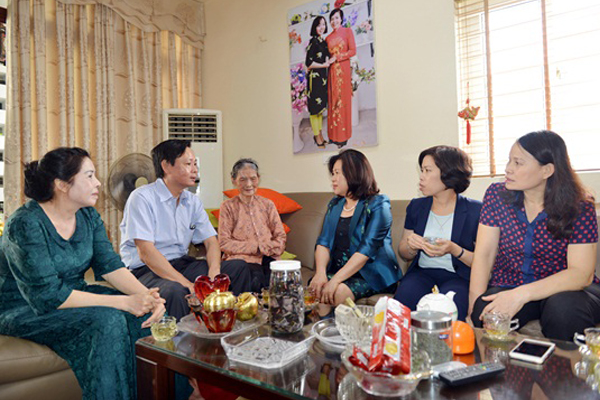 Lãnh đạo Tòa án nhân dân tối cao thăm, tặng quà thân nhân các gia đình liệt sỹ