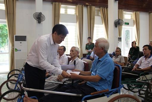 Thứ trưởng Bộ Y tế Nguyễn Thanh Long thăm, tặng quà tại Trung tâm điều dưỡng thương binh Thuận Thành
