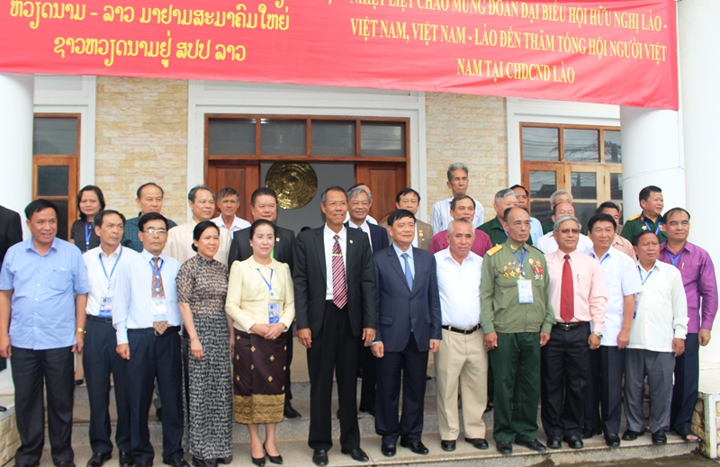 Đoàn đại biểu nhân dân Việt Nam – Lào giao lưu với Tổng hội người Việt Nam tại Lào