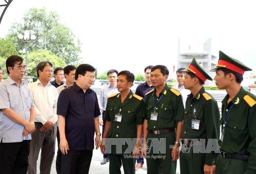 Phó Thủ tướng Trịnh Đình Dũng dâng hương tại các Nghĩa trang Liệt sĩ ở Quảng Trị