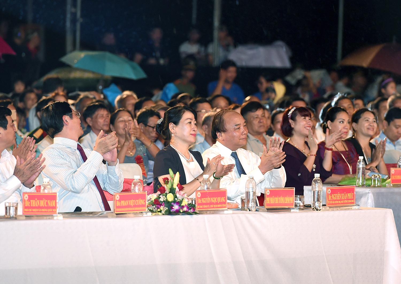 Thủ tướng Nguyễn Xuân Phúc dự chương trình nghệ thuật tri ân người có công với cách mạng tại Quảng Nam