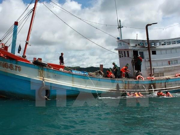 Quảng Ngãi: Cứu hộ khẩn cấp 6 ngư dân gặp nạn trên biển