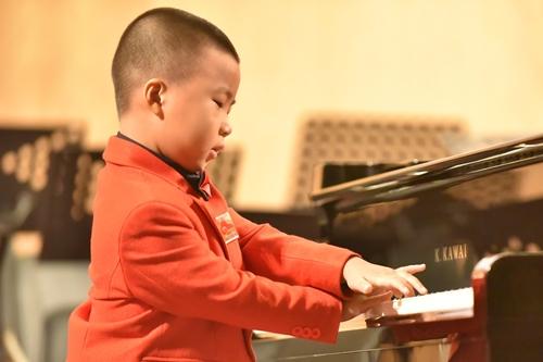 Bé năm tuổi độc tấu piano thu hút khán giả TP. Hồ Chí Minh