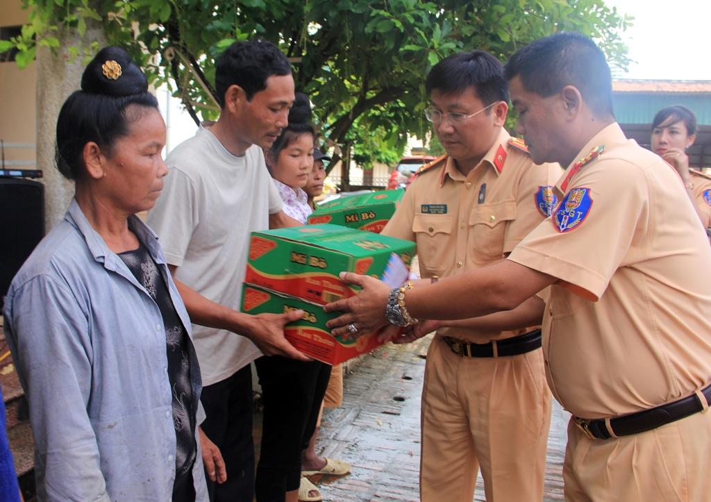 Phòng Cảnh sát Giao thông Công an TP. Hà Nội ủng hộ người dân vùng lũ Sơn La