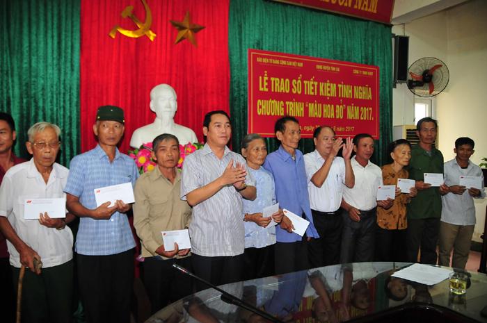 """Trao sổ tiết kiệm tình nghĩa """"Màu hoa đỏ"""" tặng gia đình chính sách huyện Tĩnh Gia (Thanh Hóa)"""