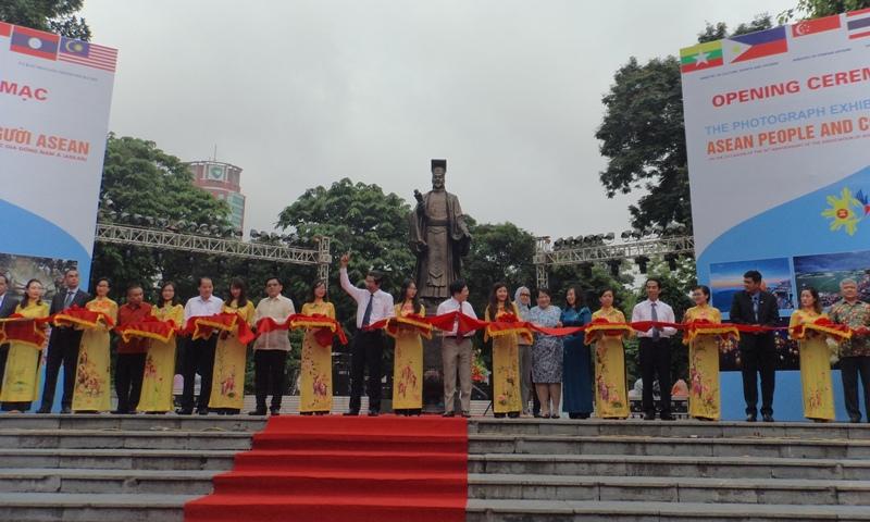 """Khai mạc triển lãm ảnh """"Đất nước, con người ASEAN"""""""