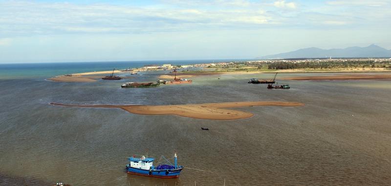 Cửa biển Đà Diễn - Phú Yên tiếp tục bồi lấp tàu thuyền ngư dân ra vào khó khăn