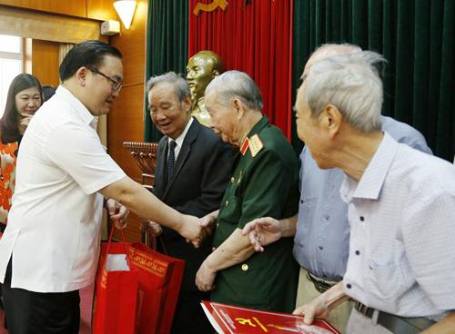 Bí thư Thành ủy Hà Nội Hoàng Trung Hải gặp mặt chiến sỹ cách mạng Việt Minh thành Hoàng Diệu