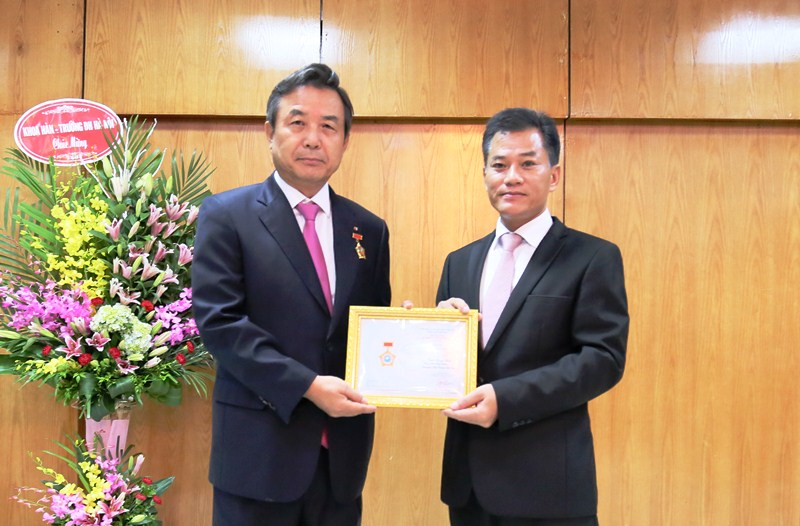 Trao Kỷ niệm chương tặng Phó Đại sứ Hàn Quốc tại Việt Nam