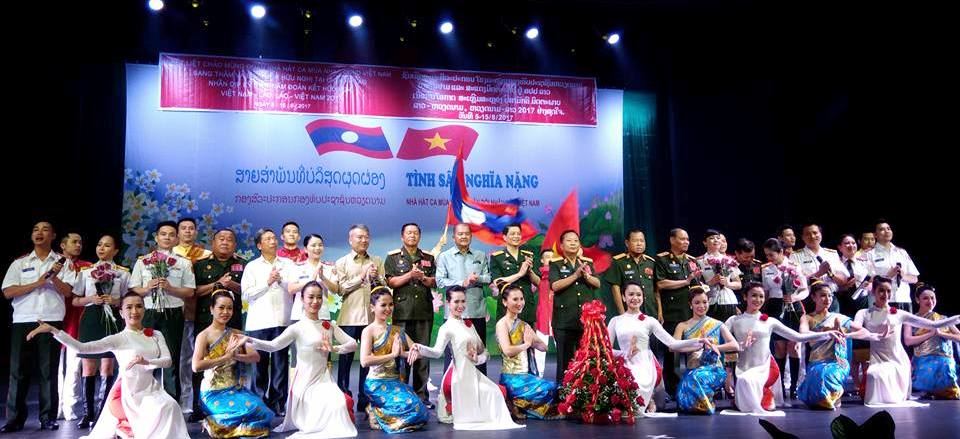 """Đặc sắc chương trình nghệ thuật """"Tình sâu nghĩa nặng"""" tại Lào"""