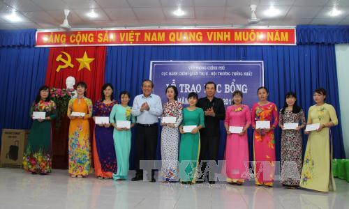 Phó Thủ tướng Trương Hòa Bình thăm, tặng quà vùng căn cứ kháng chiến Trung ương Cục miền Nam