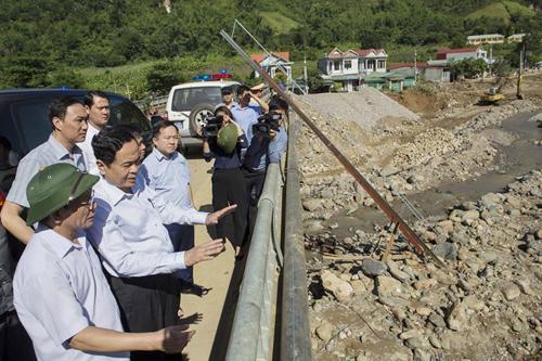 Chủ tịch Ủy ban Trung ương MTTQ Việt Nam thăm hỏi, tặng quà đồng bào bị thiệt hại do mưa lũ ở tỉnh Sơn La