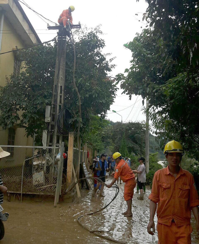 EVNNPC khắc phục các sự cố lưới điện do lũ quét