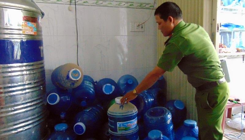 Quảng Nam: Phát hiện cơ sở sản xuất nước đóng chai vi phạm 6 không