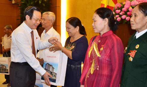 Phó Chủ tịch Quốc hội Phùng Quốc Hiển tiếp đoàn Hội Tù yêu nước tỉnh Quảng Ngãi