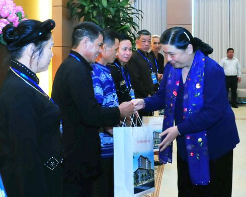 Phó Chủ tịch QH Tòng Thị Phóng tiếp Đoàn đại biểu người có uy tín, tiêu biểu trong đồng bào dân tộc thiểu số tỉnh Thái Nguyên