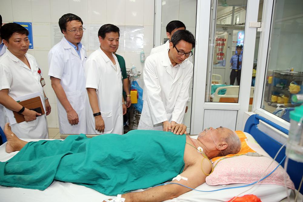 Phó Thủ tướng Vũ Đức Đam thăm động viên y, bác sĩ và bệnh nhân sốt xuất huyết