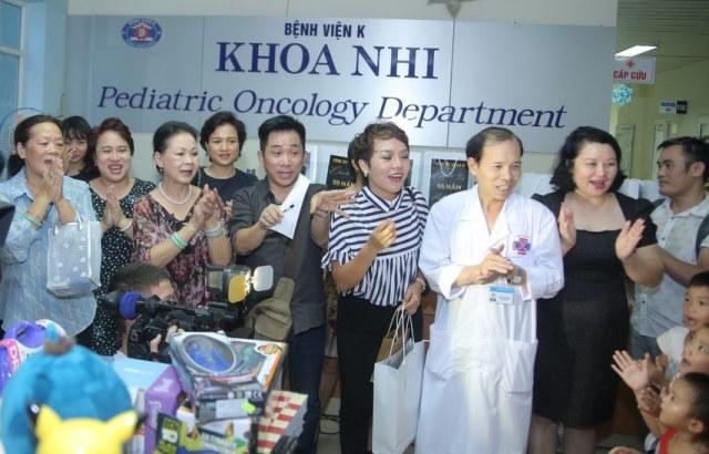 Vòng tay nhân ái trao quà cho các bệnh nhi tại bệnh viện K Tân Triều