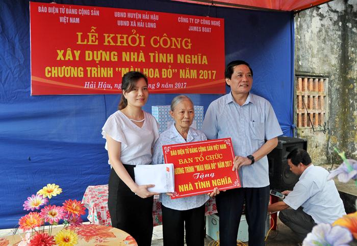 """Chương trình """"Màu hoa đỏ"""" trao tặng 70 triệu đồng xây dựng nhà tình nghĩa tại Nam Định"""