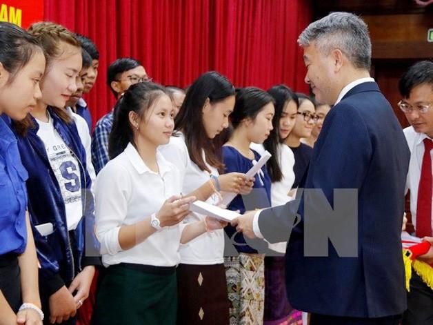Trao học bổng Chính phủ Việt Nam cho con em Việt kiều tại Lào năm 2017