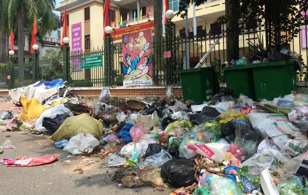 Cần xử lý nhanh, dứt điểm tình trạng rác tràn ngập trên các tuyến đường ở Sơn Tây, Ba Vì
