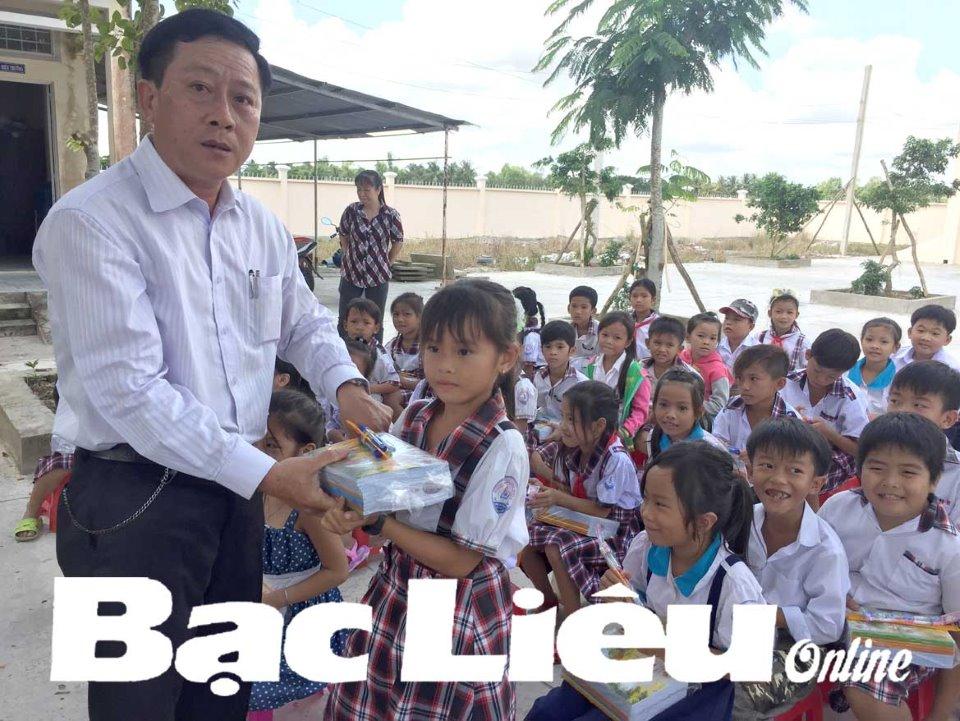 Nhiều cơ quan, đơn vị tặng quà cho học sinh nghèo