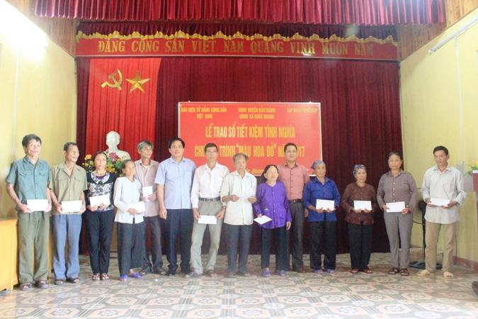"""Chương trình """"Màu hoa đỏ"""" thăm và tặng quà gia đình chính sách tại tỉnh Lào Cai"""