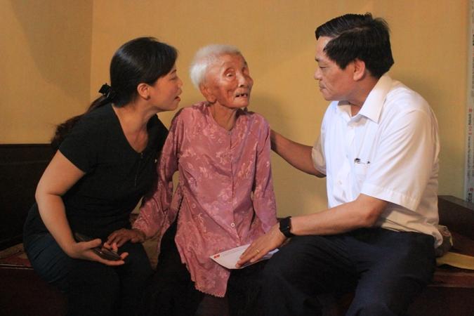 """Chương trình """"Màu hoa đỏ"""" trao 50 sổ tiết kiệm tại huyện Lý Nhân, Hà Nam"""