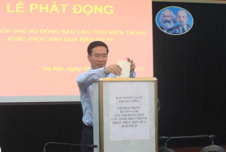 Ban Tuyên giáo Trung ương quyên góp ủng hộ đồng bào các tỉnh miền Trung
