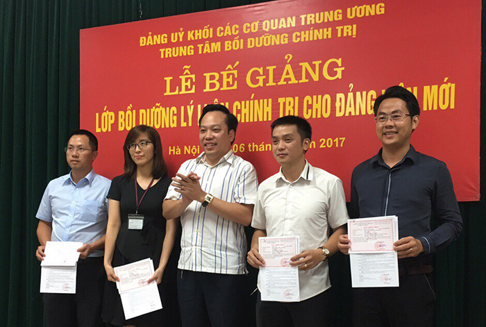 Bồi dưỡng lý luận chính trị cho đảng viên mới Khối các cơ quan Trung ương