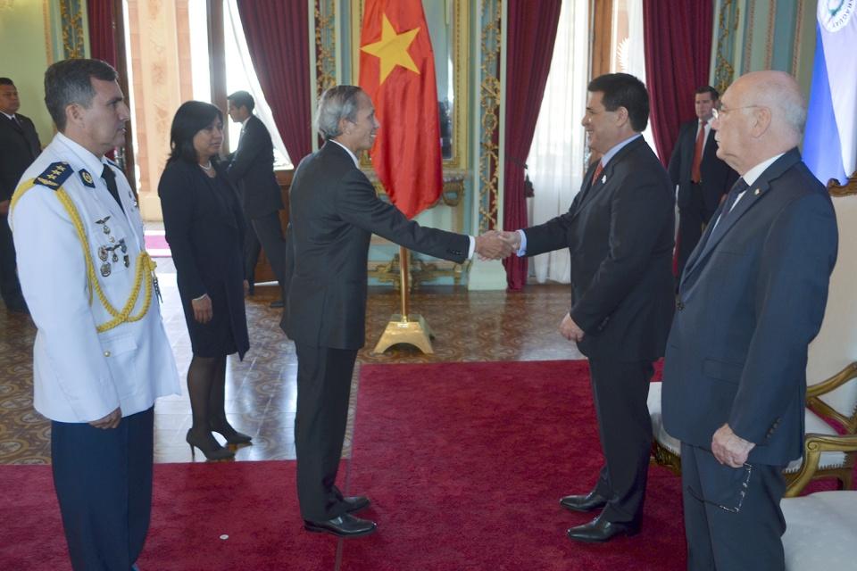 Đại sứ Việt Nam thăm và trình Thư ủy nhiệm của Chủ tịch nước lên Tổng thống Paraguay