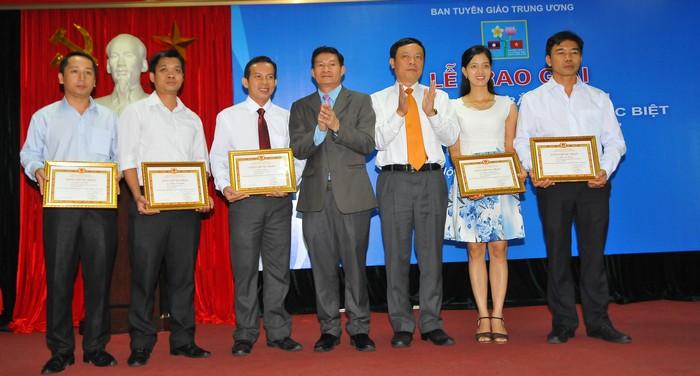 """Trao giải Cuộc thi trắc nghiệm """"Tìm hiểu lịch sử quan hệ đặc biệt Việt Nam - Lào năm 2017"""" lần thứ nhất"""
