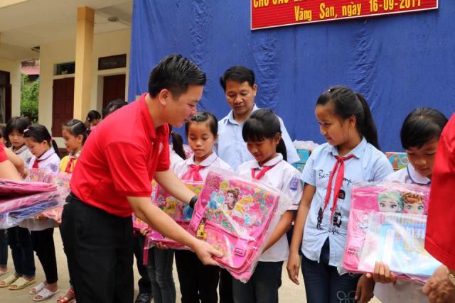 Nhiều món quà ý nghĩa của Hội Chữ thập đỏ TP Hà Nội dành cho người dân huyện Mường Tè