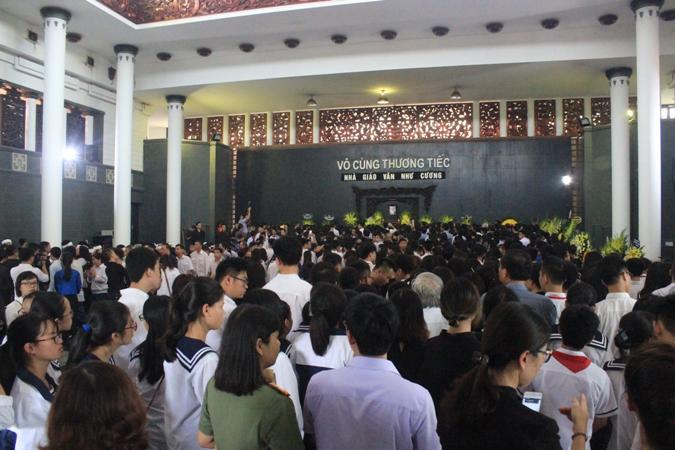 Hàng nghìn người xúc động tiễn biệt nhà giáo Văn Như Cương