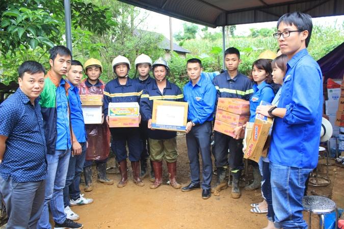Đoàn Thanh niên Ban Tuyên giáo Trung ương chia sẻ với người dân Hòa Bình sau mưa lũ