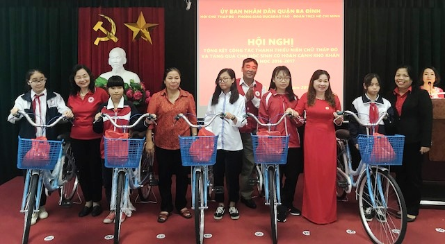 Trao học bổng cho các học sinh nghèo vượt khó quận Ba Đình, Hà Nội
