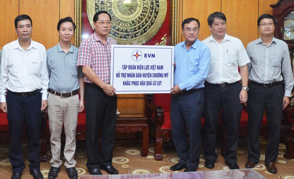 EVN hỗ trợ người dân huyện Chương Mỹ (Hà Nội) khắc phục hậu quả lũ lụt