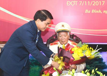 Trao tặng Huy hiệu 70 năm tuổi Đảng cho Thiếu tướng, Anh hùng Nguyễn Trọng Tháp