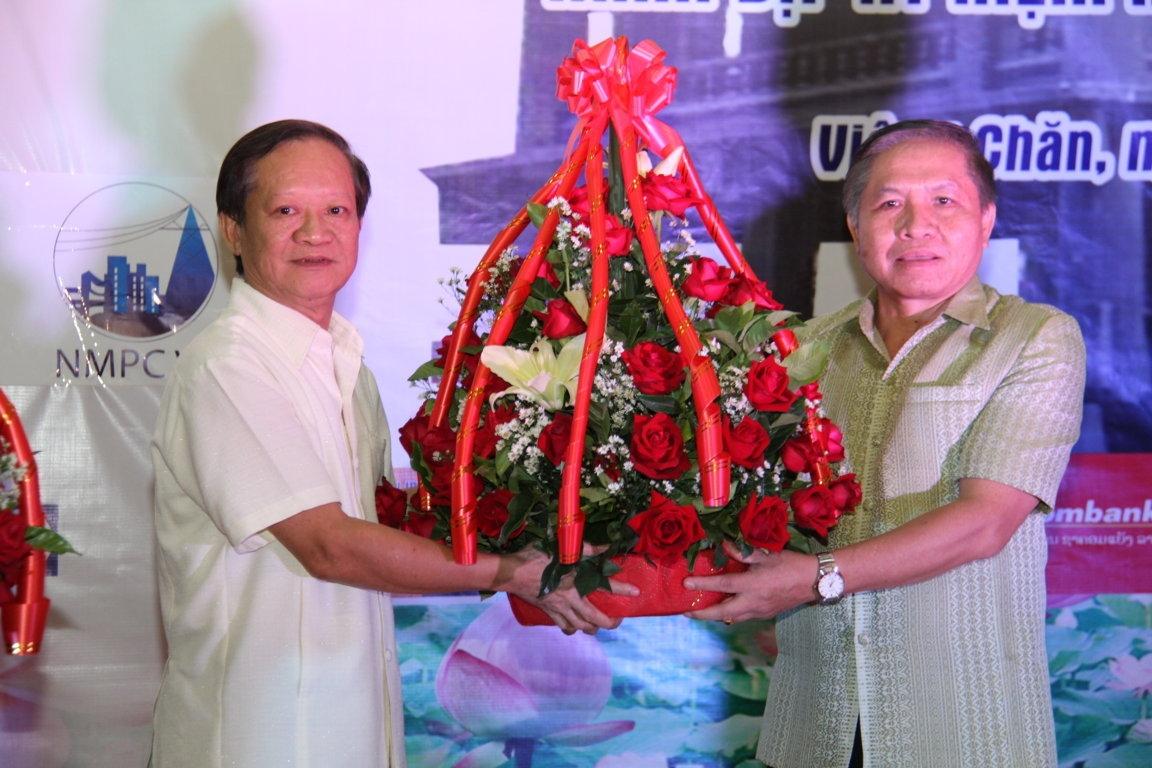 Cựu lưu học sinh Việt Nam tri ân các thầy cô giáo Lào