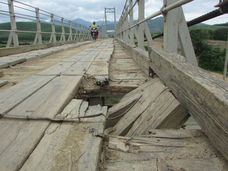 Đắk Lắk: Cầu treo tiền tỷ vừa bàn giao đã xuống cấp